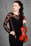 Ritratto di giovane donna attraente del violinista in un evenin nero immagini stock libere da diritti