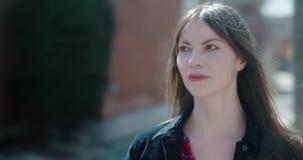 Ritratto di giovane, donna attraente in un ambiente urbano della citt? video d archivio