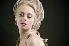 Ritratto di giovane donna bionda immagini stock
