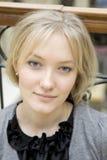 Ritratto di giovane donna bionda attraente seria fotografie stock libere da diritti