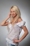 Ritratto di giovane donna bionda in camicetta bianca fotografia stock libera da diritti