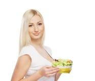 Ritratto di giovane donna bionda che tiene un'insalata Immagine Stock Libera da Diritti