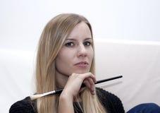 Ritratto di giovane donna bionda con la spazzola di trucco fotografie stock