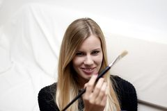 Ritratto di giovane donna bionda con la spazzola di trucco fotografia stock libera da diritti