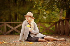 Ritratto di giovane donna bionda con le lentiggini che portano un cappello nella t fotografie stock libere da diritti