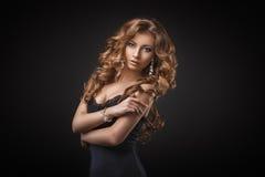 Ritratto di giovane donna bionda meravigliosa con capelli lunghi che esaminano macchina fotografica Ragazza sexy in vestito blu fotografia stock