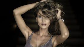 Ritratto di giovane donna bionda meravigliosa con capelli lunghi che esaminano macchina fotografica, sorridente Fotografia Stock