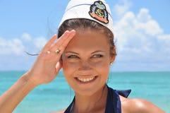 Ritratto di giovane donna in cappello del pinup del mare Immagini Stock