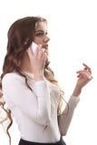 Ritratto di giovane donna castana sorridente che parla sul telefono Immagine Stock