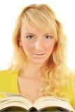 Ritratto di giovane donna caucasica che legge un libro Immagine Stock Libera da Diritti