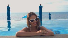 Ritratto di giovane donna caucasica che sorride nella piscina Concetto perfetto di vacanza video d archivio
