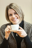 Ritratto di giovane donna caucasica con la tazza di caffè in mani Fotografia Stock Libera da Diritti