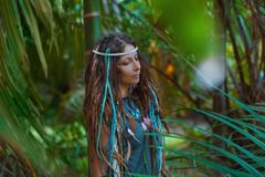 Ritratto di giovane donna caucasica nella foresta della giungla Immagini Stock Libere da Diritti