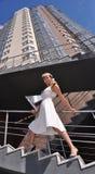 Ritratto di giovane donna che cammina sulle scale Fotografia Stock
