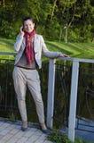 Ritratto di giovane donna che comunica sopra il telefono mobile Immagine Stock Libera da Diritti