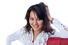 Ritratto di giovane donna che si appoggia sulla presidenza fotografie stock libere da diritti