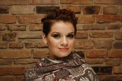 Ritratto di giovane donna con breve taglio di capelli Immagine Stock