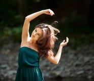Ritratto di giovane donna con le braccia alzate Fotografie Stock