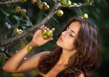 Ritratto di giovane donna con le mele selvagge Immagine Stock Libera da Diritti