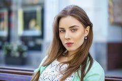 Ritratto di giovane donna del brunette Immagini Stock