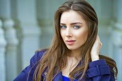 Ritratto di giovane donna del brunette Immagine Stock