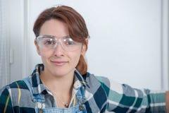 Ritratto di giovane donna dell'ingegnere con gli occhiali di protezione Fotografia Stock Libera da Diritti