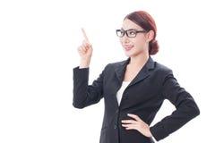 Ritratto di giovane donna di affari che indica su, immagine stock