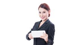 Ritratto di giovane donna di affari che per mezzo della compressa i fotografie stock