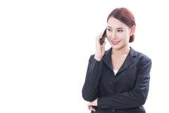 Ritratto di giovane donna di affari che per mezzo di un telefono cellulare fotografia stock libera da diritti