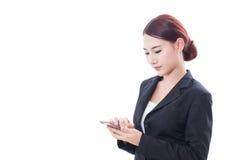 Ritratto di giovane donna di affari che per mezzo di un telefono cellulare fotografia stock
