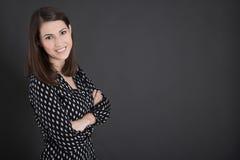 Ritratto di giovane donna di affari che sta prima del blackb Fotografie Stock