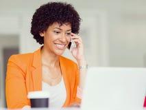 Ritratto di giovane donna di affari con il cellulare Fotografia Stock