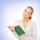 Ritratto di giovane donna di affari della testarossa che tiene un libro Immagini Stock