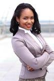 Ritratto di giovane donna di affari nera con le armi Immagini Stock Libere da Diritti
