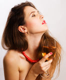 Ritratto di giovane donna di bellezza con vino fotografia stock