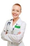 Ritratto di giovane donna di medico che sta con le armi fotografia stock