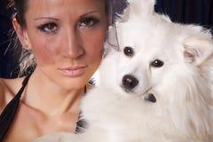Ritratto di giovane donna di vedova e del cane bianco Immagine Stock