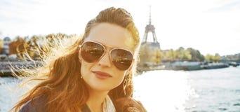Ritratto di giovane donna elegante sull'argine a Parigi, Francia fotografie stock libere da diritti