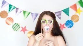 Ritratto di giovane donna felice al partito, festa, compleanno, festival, travestimento Decorazione per la celebrazione La ragazz stock footage