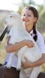 Ritratto di giovane donna felice con la capra Fotografie Stock Libere da Diritti