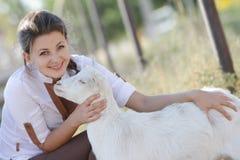 Ritratto di giovane donna felice con la capra Fotografia Stock Libera da Diritti