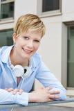 Ritratto di giovane donna felice con le cuffie Immagini Stock