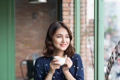 Ritratto di giovane donna felice di affari con la tazza nel drinkin delle mani Fotografia Stock