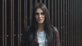 Ritratto di giovane donna felice esterna video d archivio
