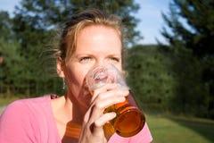 Ritratto di giovane donna graziosa con birra Immagini Stock Libere da Diritti