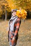 Ritratto di giovane donna di modo all'aperto Donna castana nel parco di autunno con il cappotto e la sciarpa alla moda del plaid  immagine stock
