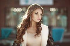 Ritratto di giovane donna riccia sensuale con gioielli Fondo colourful del deposito di affari Immagini Stock