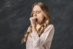 Ritratto di giovane donna di sbadiglio Fotografia Stock