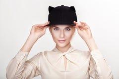 Ritratto di giovane donna sexy bionda nel gatto del cappello Donne del gatto Fotografia Stock Libera da Diritti