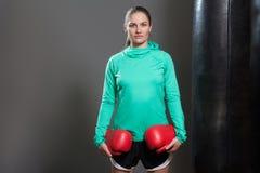 Ritratto di giovane donna sicura dell'atleta con capelli raccolti immagini stock libere da diritti